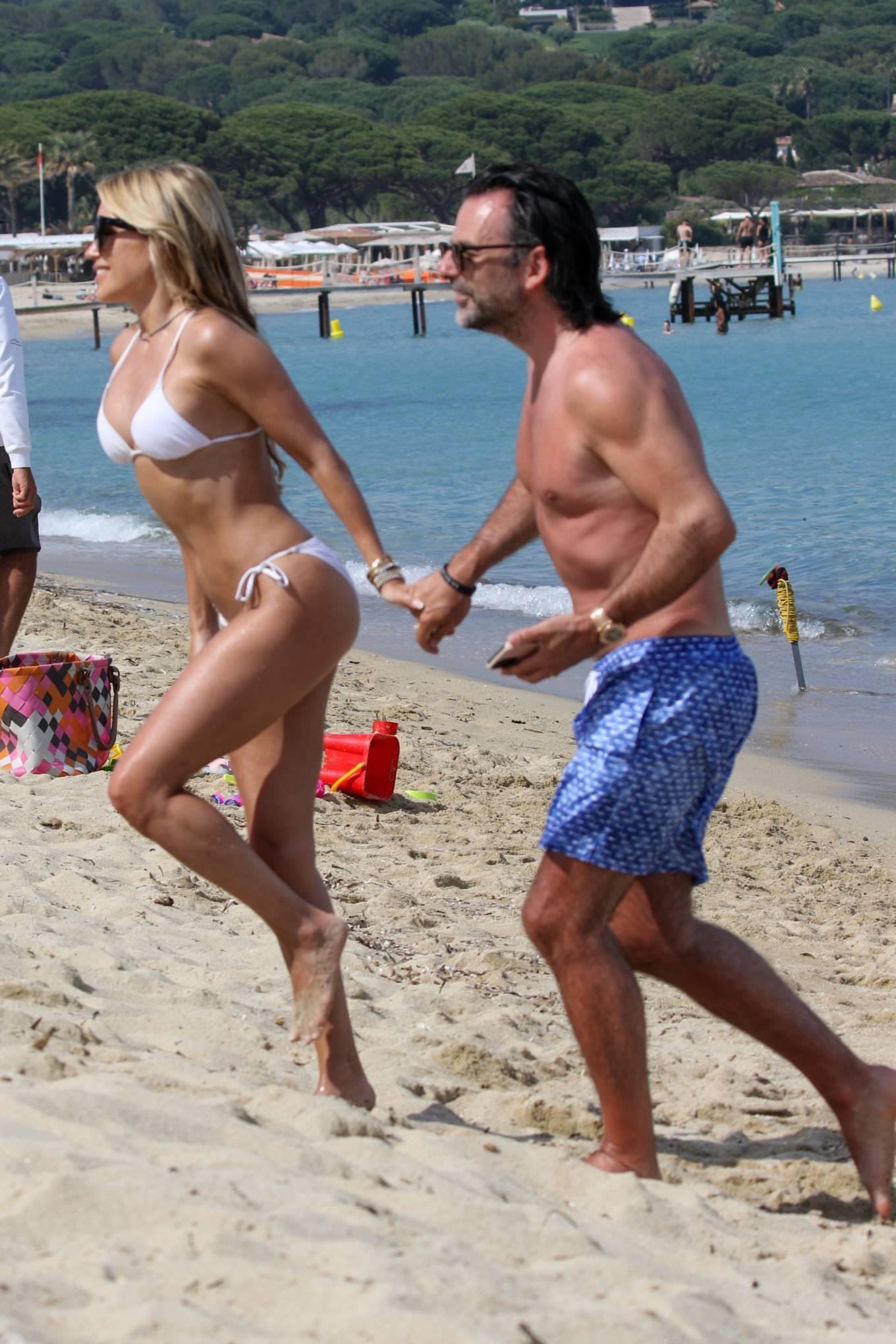 Vợ cũ tiền vệ Van der Vaart cực nóng bỏng ở biển Ảnh 3