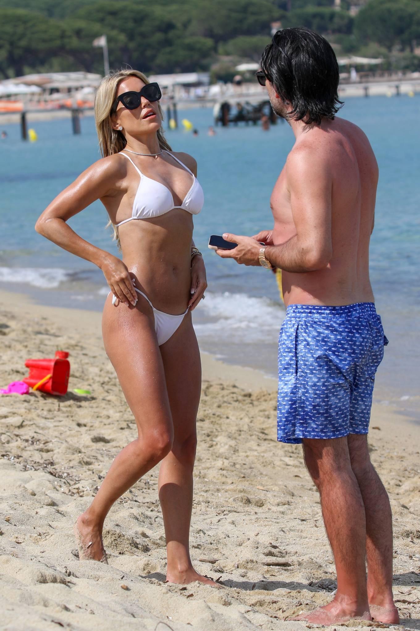 Vợ cũ tiền vệ Van der Vaart cực nóng bỏng ở biển Ảnh 7