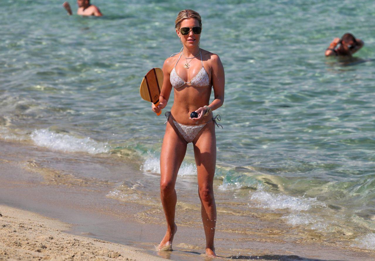 Vợ cũ tiền vệ Van der Vaart đẹp như mộng ở biển Ảnh 8