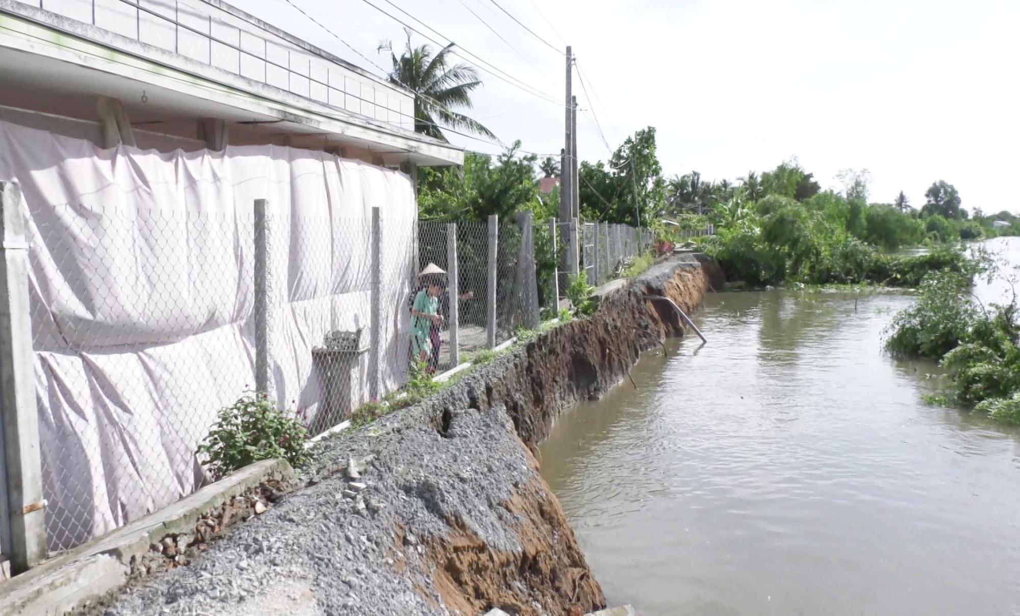 Sạt lở đường ven sông chia cắt hàng trăm hộ dân Ảnh 1