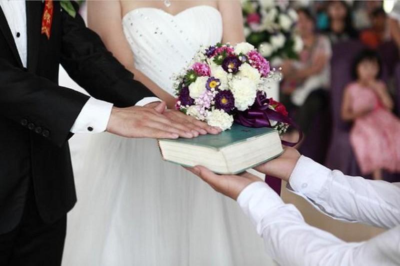 Nhận nhẫn đính hôn, tôi 'hóa đá' khi nhìn vật quen trong túi chồng Ảnh 1