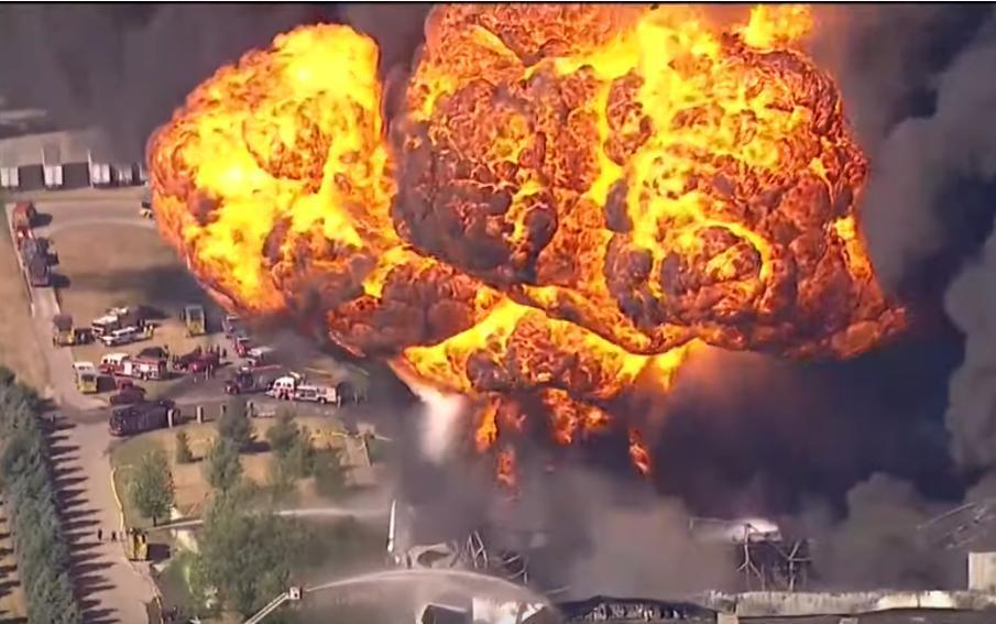 Sơ tán khẩn cấp sau vụ nổ nhà máy hóa chất tại Mỹ Ảnh 1