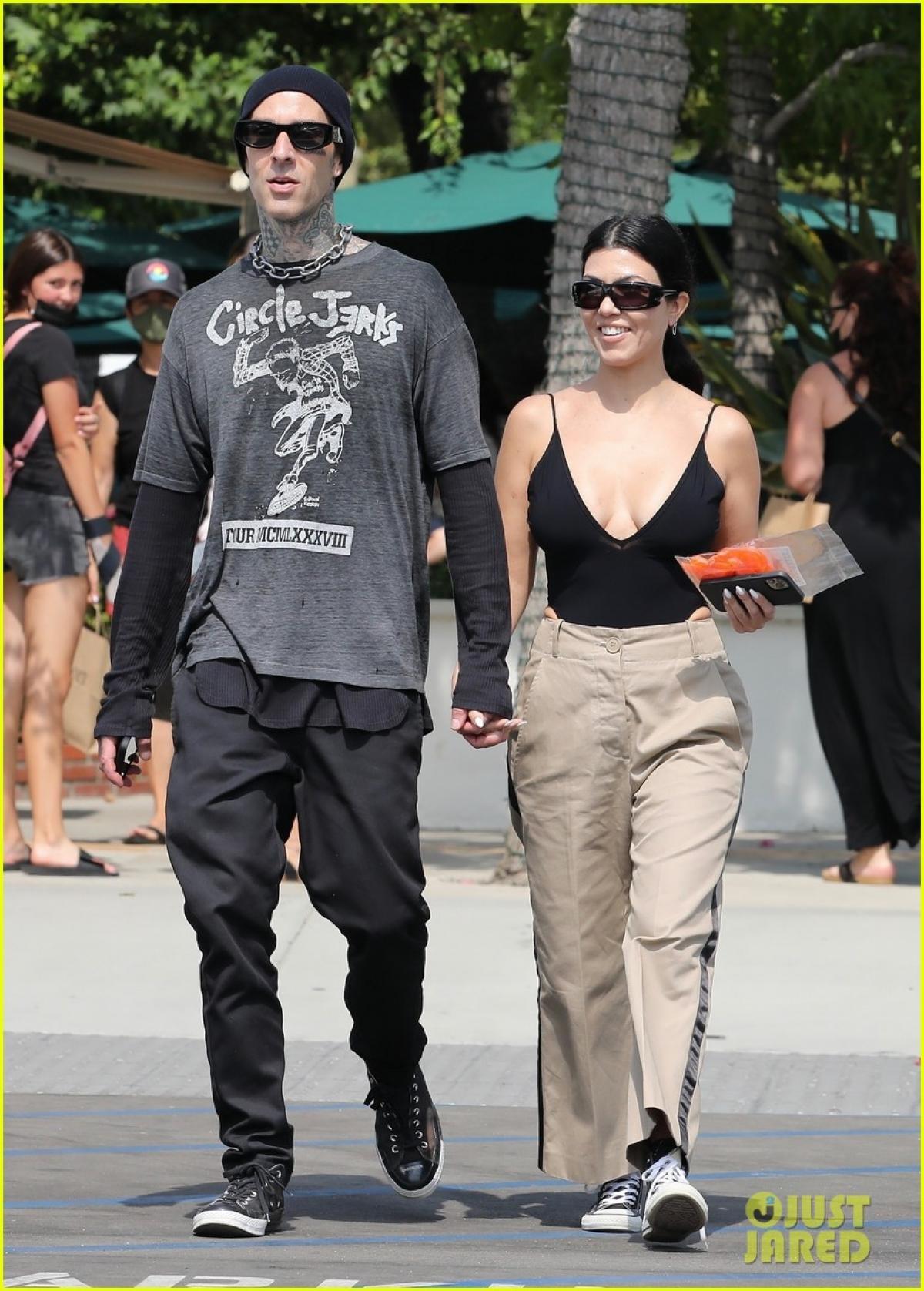 Kourtney Kardashian và tình trẻ tay trong tay đi mua sắm ở California Ảnh 1