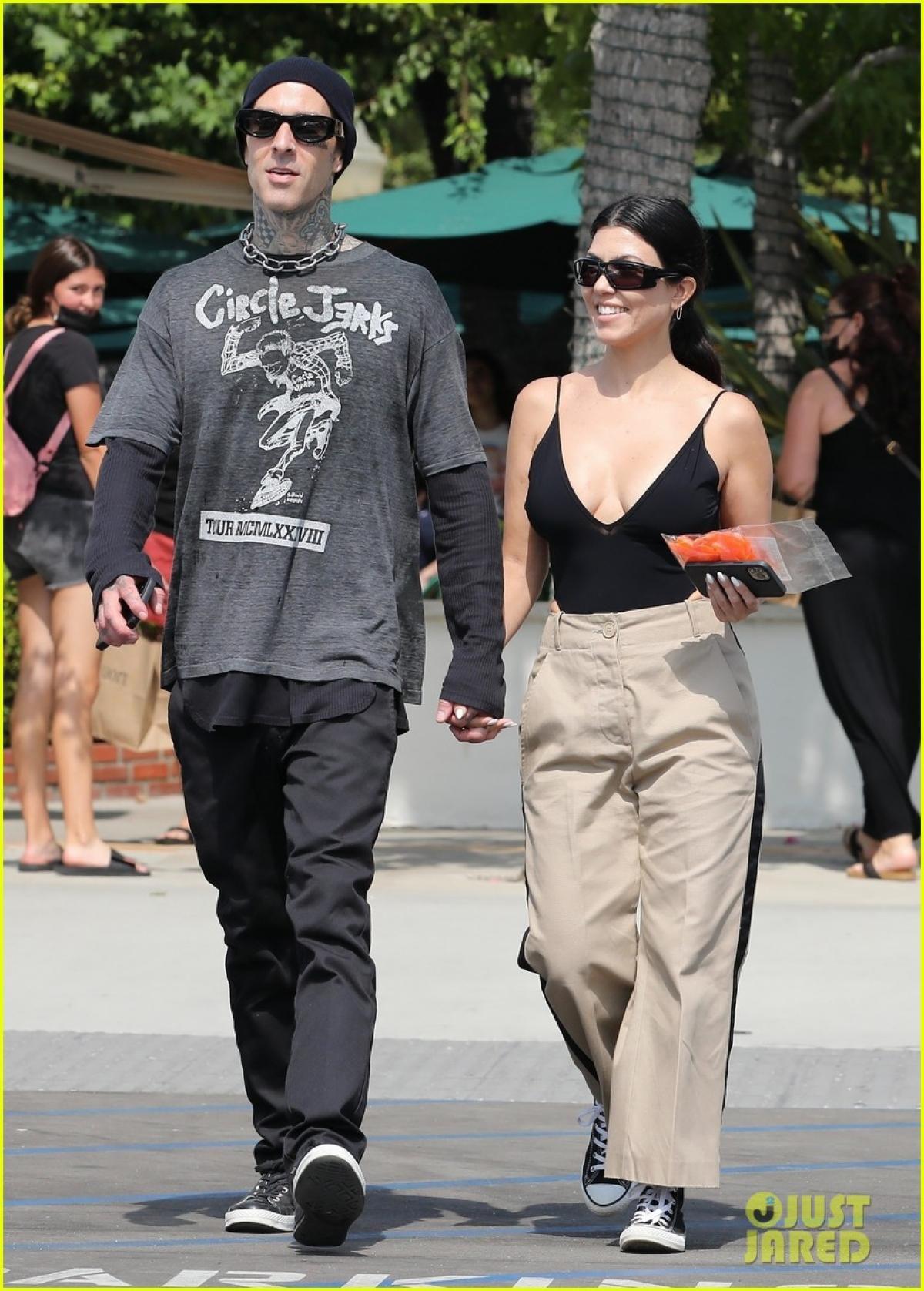 Kourtney Kardashian và tình trẻ tay trong tay đi mua sắm ở California Ảnh 4