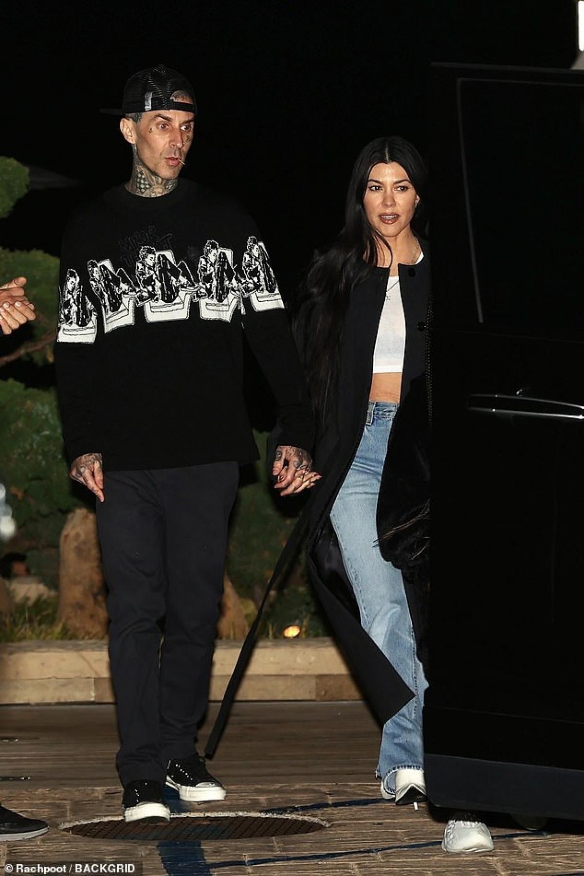 Kourtney Kardashian và tình trẻ tay trong tay đi mua sắm ở California Ảnh 5