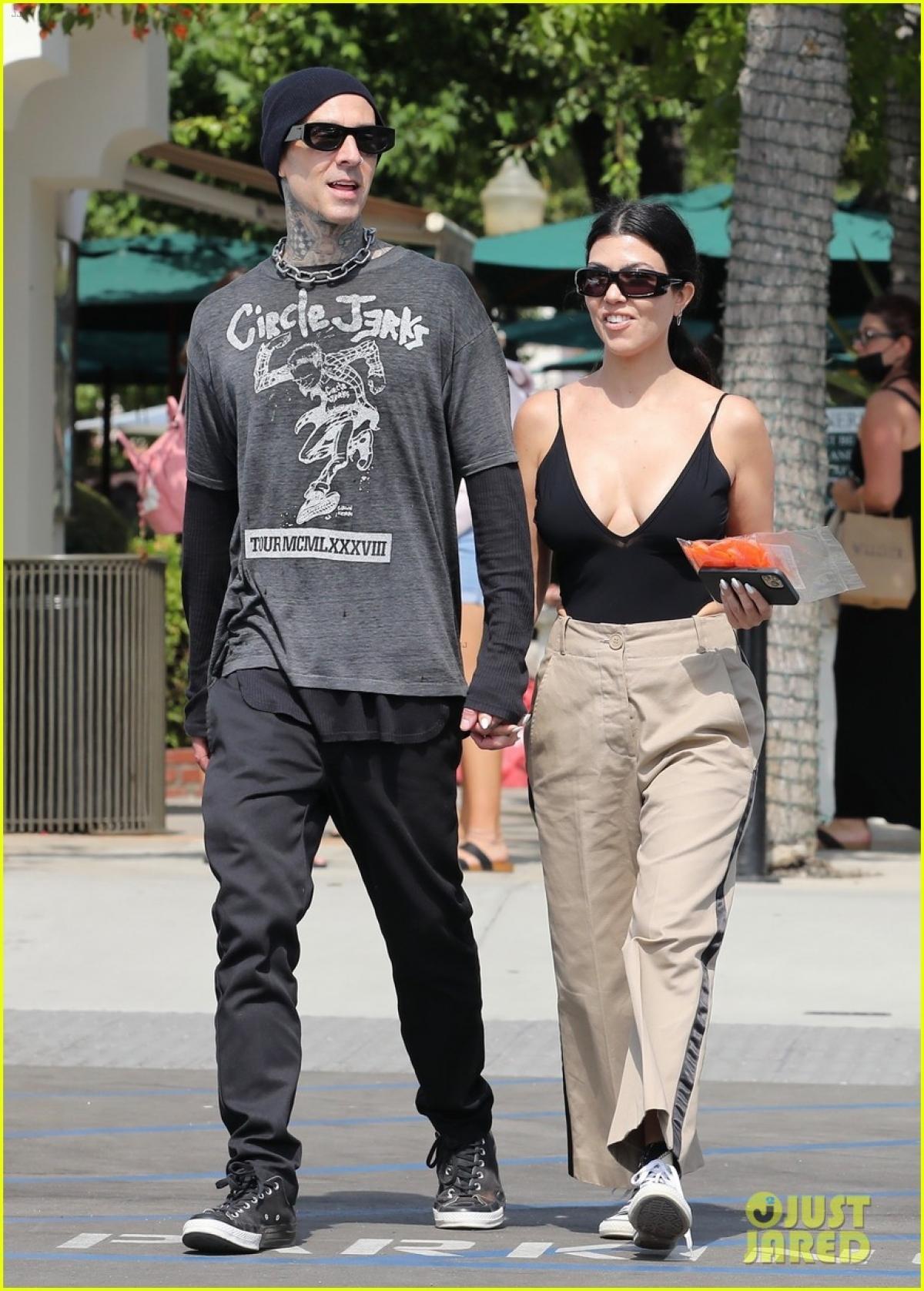 Kourtney Kardashian và tình trẻ tay trong tay đi mua sắm ở California Ảnh 3
