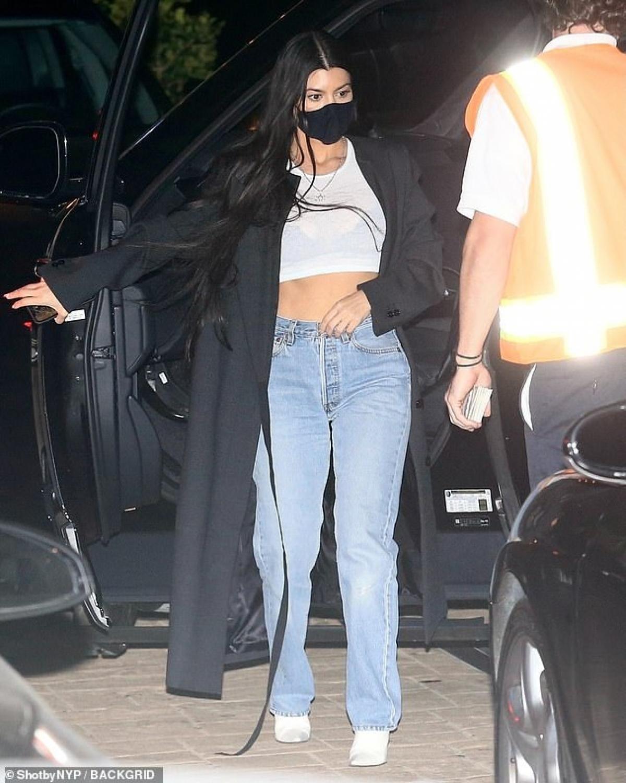 Kourtney Kardashian và tình trẻ tay trong tay đi mua sắm ở California Ảnh 7