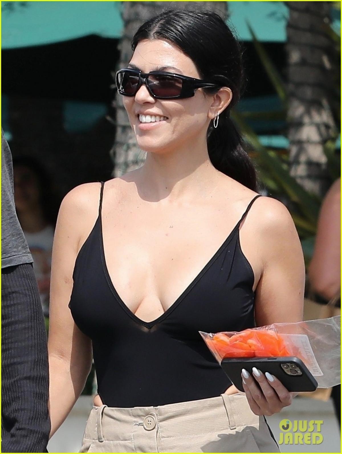 Kourtney Kardashian và tình trẻ tay trong tay đi mua sắm ở California Ảnh 2