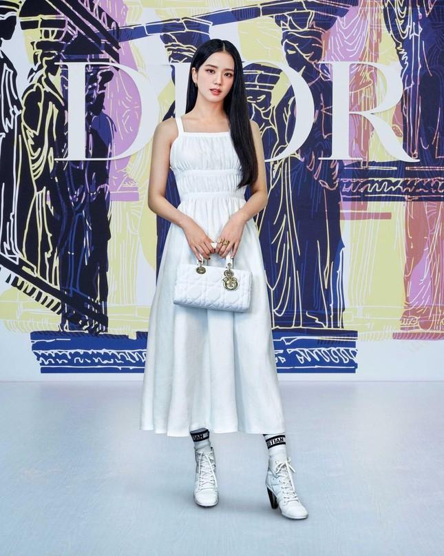Cùng là khách mời show Dior, Jisoo BLACKPINK nhận được đãi ngộ đặc biệt hơn hẳn Angelababy Ảnh 1