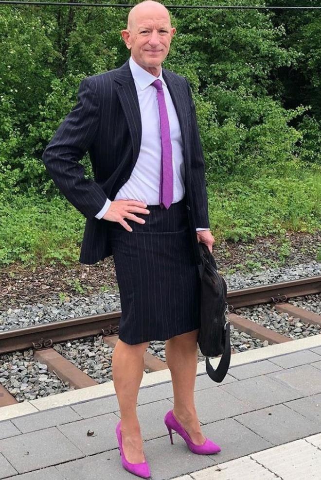 Người mẫu nam 62 tuổi chuyên mặc váy, đi cao gót đi làm Ảnh 2