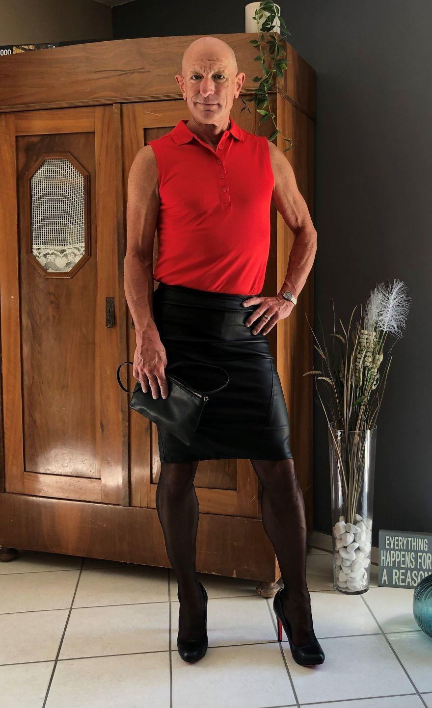 Người mẫu nam 62 tuổi chuyên mặc váy, đi cao gót đi làm Ảnh 8