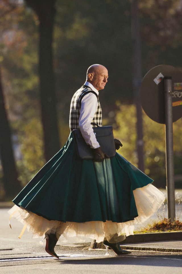 Người mẫu nam 62 tuổi chuyên mặc váy, đi cao gót đi làm Ảnh 6