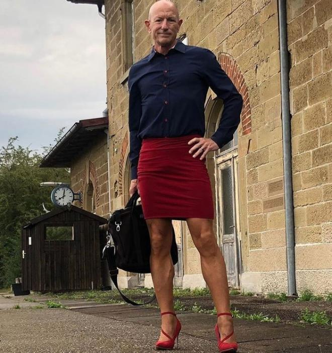 Người mẫu nam 62 tuổi chuyên mặc váy, đi cao gót đi làm Ảnh 5