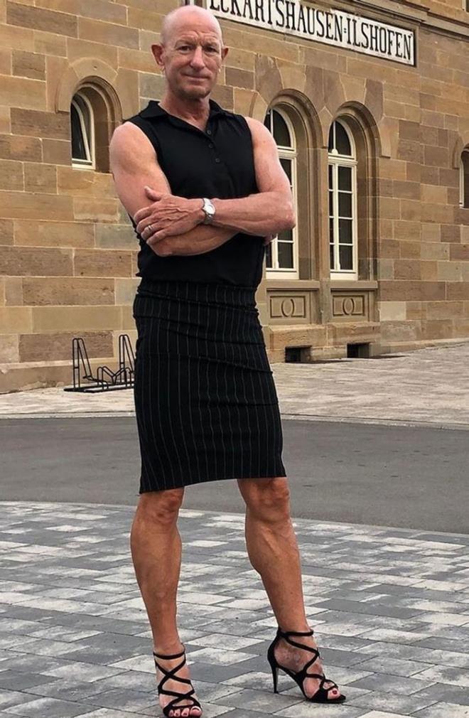 Người mẫu nam 62 tuổi chuyên mặc váy, đi cao gót đi làm Ảnh 10