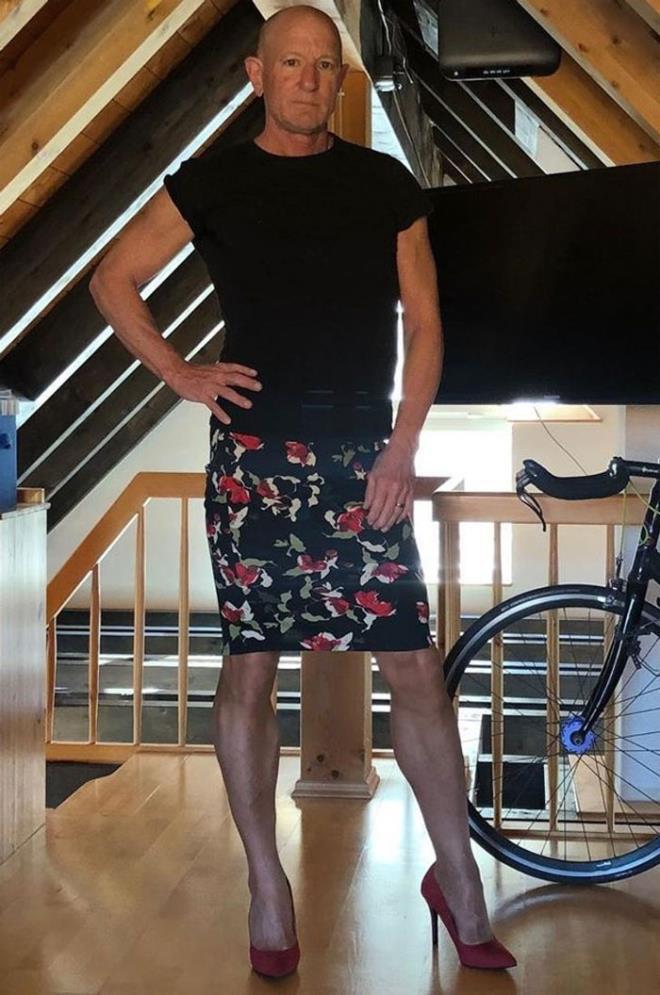 Người mẫu nam 62 tuổi chuyên mặc váy, đi cao gót đi làm Ảnh 13