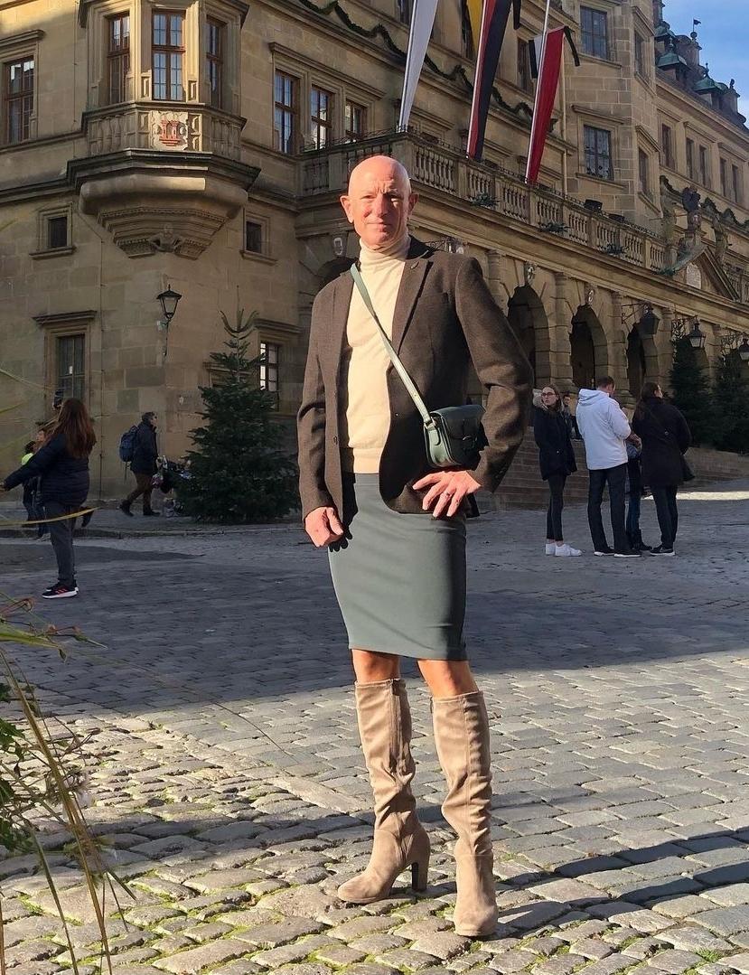 Người mẫu nam 62 tuổi chuyên mặc váy, đi cao gót đi làm Ảnh 14