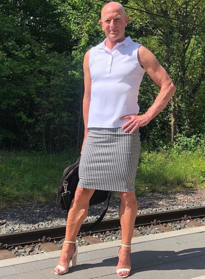 Người mẫu nam 62 tuổi chuyên mặc váy, đi cao gót đi làm Ảnh 1