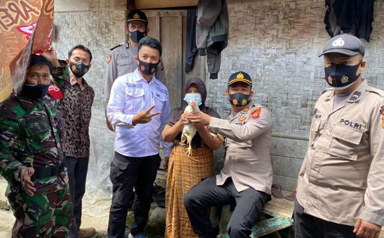 Giới chức Indonesia tặng gà sống cho người tiêm vaccine COVID-19 Ảnh 1