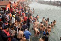 Ấn Độ lo ngại dịch COVID-19 lây lan khi hàng triệu người đổ xô đến tắm sông Hằng