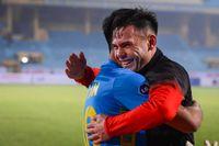 Cầu thủ Hải Phòng ăn mừng cuồng nhiệt khi chiến thắng ĐKVĐ Viettel