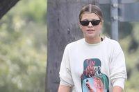 Sofia Richie để mặt mộc dắt thú cưng đi dạo phố sau khi chia tay bạn trai