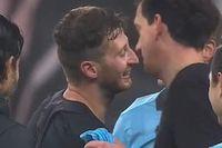 Xuất hiện hình ảnh hi hữu khi cầu thủ xin đổi áo với trọng tài sau trận