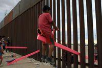 Chiếc bập bênh hồng tạo điểm tựa ở biên giới Mỹ - Mexico