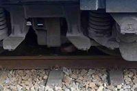 Người phụ nữ mắc kẹt dưới gầm tàu