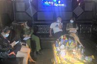 Quán karaoke phớt lờ lệnh cấm, mở cửa cho khách cùng 'tay vịn' hát