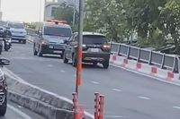Ô tô đi ngược chiều bị xe cứu thương ép lùi xuống chân cầu