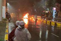 Truy tìm tài xế lái ô tô tông xe máy bốc cháy rồi bỏ chạy ở Hà Nội
