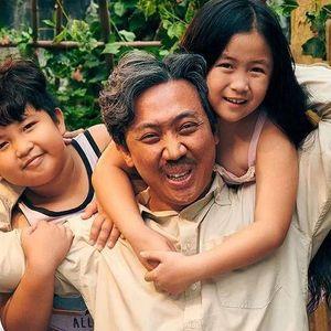 Trấn Thành bật khóc, ôm chặt bố mẹ sau buổi công chiếu Bố Già