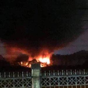 Dập tắt đám cháy xảy ra tại lán chế biến nhựa phế liệu