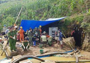Lào Cai: Đưa thi thể người đàn ông bị mắc kẹt 10 ngày dưới hang đá sâu hơn 40m ra ngoài