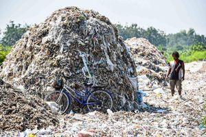 Núi rác thải nhựa khổng lồ nuôi sống những ngôi làng tại Indonesia