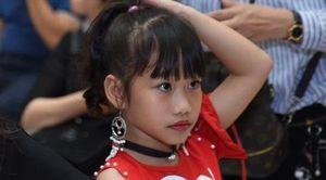 Mẫu nhí Việt trang điểm đậm, mặc hở như người lớn
