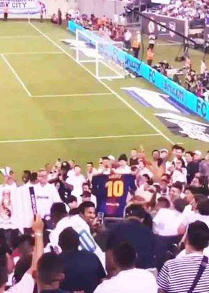 Suýt bị đánh hội đồng, fan cuồng Messi vẫn thách thức đám đông CĐV Real Madrid