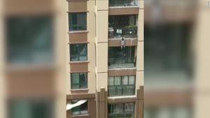 Thót tim xem cảnh hứng em bé rơi từ tầng 6