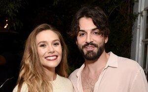 'Nàng phù thủy nóng bỏng' Scarlet Witch của Avengers đính hôn cùng bạn trai nhạc sĩ