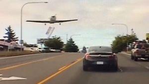 Hy hữu máy bay hạ cánh xuống đường cao tốc giờ cao điểm