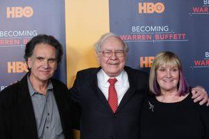 Tỷ phú Warren Buffett dạy con tiết kiệm tiền như thế nào