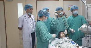 Trẻ 10 tuổi bị mảnh xương cá găm trong phổi suốt một tháng