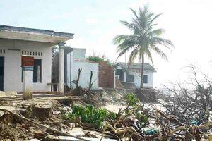 Quảng Ngãi: Hàng chục nhà dân bị sóng biển đánh sập