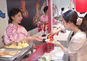Người Nhật hào hứng thưởng thức món ăn cùng tương ớt Việt