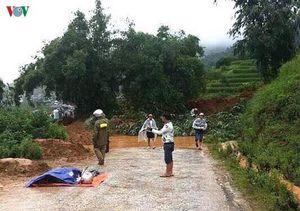 Đất đá sạt lở vùi lấp người đi xe máy ở Lào Cai