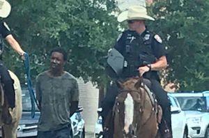 Phẫn nộ cảnh sát da trắng cưỡi ngựa dắt người da màu bằng dây thừng