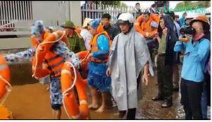 Cứu hộ khẩn cấp cư dân bị chia cắt bởi nước lũ ở Đắk Lắk