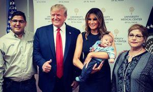 Giơ ngón cái cạnh bé mồ côi vì xả súng, TT Trump nhận 'bão' chỉ trích