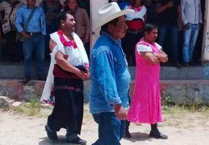 'Quý ngài' thị trưởng mặc váy đi làm, 'lộ' lý do bất ngờ