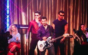 Bộ ba Jonas Brothers ra mắt MV đậm chất retro, đối đầu trực tiếp với Lil Nas X và Billy Ray Cyrus